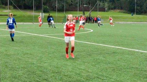 Linnea Simonsen Istad løper av banen etter å ha tatt avspark mot Rakkestad. Det var SIL-jentas første «offisielle» spark på ballen etter at hun brakk kragebeinet under Hydro Cup-finalen i juni.