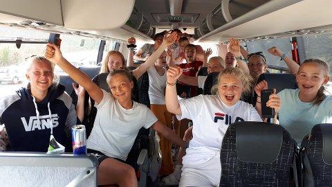 Sunndals jenter og gutter på tur hjem etter strålende innsats på Norway Cup.