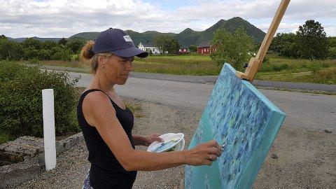 RAMMEN: Christin Løkke sto ute og malte da vi var innom. Omgivelsene er det ikke noe å si på. FOTO: YNGVE LIE