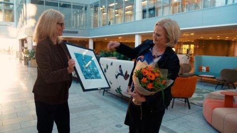 Pris: Nina Melsom, direktør for Arbeidsliv i NHO, overrekker Akan-prisen 2020 til konserndirektør for HR og HMS i Hydro, Hilde Vestheim Nordh. Prisen er et bilde av kunstneren Gunilla Holm Platou og heter «Flokken».