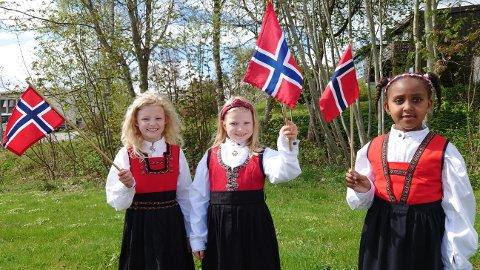 Hurra for 17. mai: Bunadskledde jenter. Fra venstre Ales Unndotter Ormset, Ragna Vonheim Hansen og Toltuu Jalatoo.