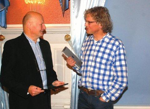 IPADTRØBBEL: Det skulle krølle seg til under bystyret på torsdag når Knut Henning Thygesens (t.h.) ipad produserte lyd under en annen politikers innlegg fra talerstolen. Foto: arkiv.
