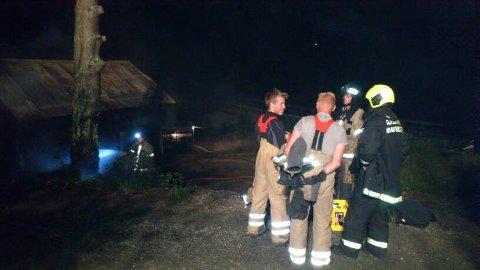 GJERSTAD-MANNSKAPENE MÅTTE UT IGJEN: Brann i Garasje på Moen langs Gjerstadveien i kveld.