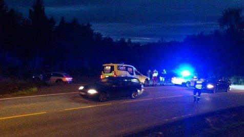 En bil med to personer kjørte i en lyktestolpe ved Bosvika tidlig lørdag kveld.