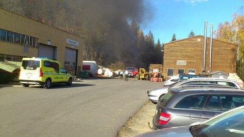 MOLANDSVEIEN: Det brenner i sammenheng med et flisanlegg på Moland.