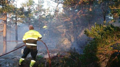 Nattens brann var krevende for brannvesenet. Heldigvis var det vindstille.