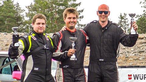 NY POKAL I SAMLINGEN: Olav Haugen Hasdal (til høyre) med andreplass i E30Meet på Rudskogen. Simon Gjerløw (midten) tok seieren.