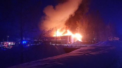 Brannen på Moland har blusset opp igjen. Her er brannen fra morgenkvisten fredag.