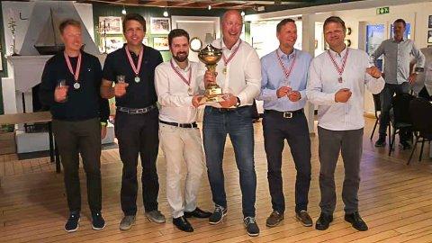 BRONSEVINNERE FRA RISØR: Kjell Yngvar Christiansen (nummer to fra høyre) og Richard Voss (lengst til høyre) tok bronse under helgens NM i 12,5 kvm. i Ålesund.