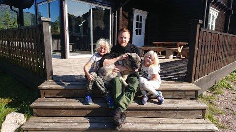Familiemedlem: Jeger på 12 år er familiehund og jakthund. Her flankert av Martin med barna Magnus (7) og Tiril som blir 5 år i neste uke.