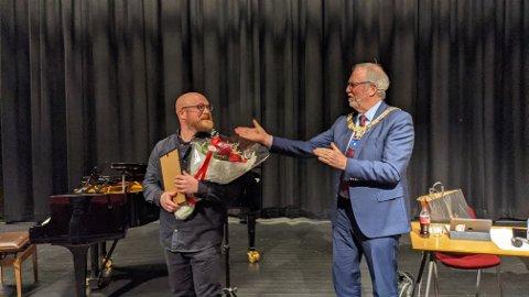 Eirik Dørsdal, som foruten å være musiker og komponist også er et kjent navn for både skolemusikken og ungdomsteateret mottok i dag Risør kommunes prosjektstipend på 40.000 kroner.