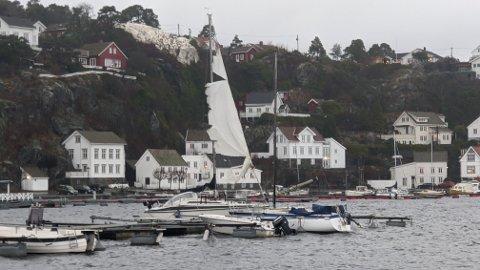 RØFT: Denne seilbåtens seil har blitt ødelagt i uværet. Politiet gikk tidlig ut og oppfordret alle båteiere om å sjekke utstyret sitt i frykt for ødeleggelser og at båter skulle slite seg.