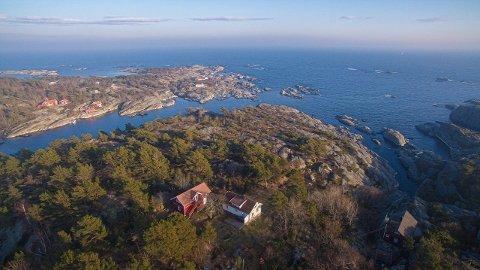 Eiendommen ligger usjenert til, og har hele 600 meter strandlinje. Trykk på pilene for flere bilder.