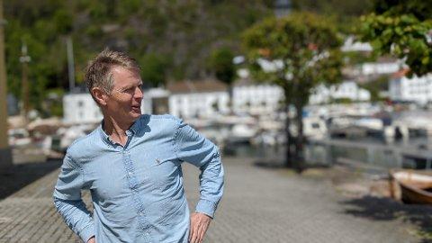 BORT: Øyvind Sletten er deleier i Esso-bygget, og kan ikke få sagt nok ganger hvor mye han misliker det bygget. – Det skjemmer Risør, forteller han.