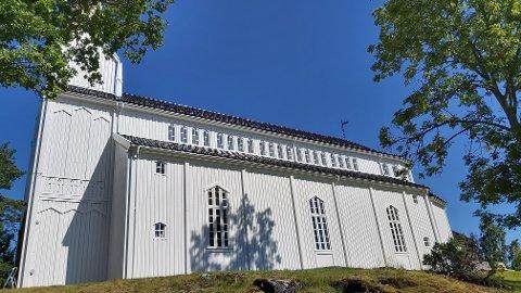 NYMALT: Det har lenge vært nødvendig med et malingsstrøk på kirka i Gjerstad. På lørdag ble de ferdige.