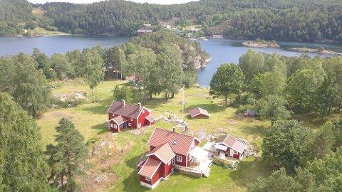 Arne Lossius bor i hytta til høyre og han har hatt besøk av ubudne gjester de siste dagene.