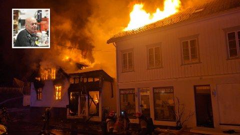 BRANT PÅ ALLE KANTER: Olav Einar Kaasas hus ligger bak Carstensens gate 2, og hadde tre nabohus som alle sto i flammer. Kaasa kunne ikke redde seg ut i gangen mellom vaskeriet og det store bolighuset, og måtte redde seg vekk opp i heia mot Kirkeberget.