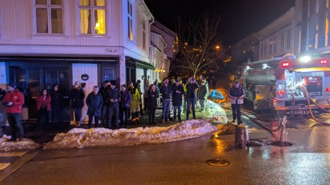 Over 20 personer måtte evakueres etter brannen i Risør sentrum i går tidlig. Mange har strukket ut en hånd og ønsker å hjelpe, og ordføreren oppfordrer nå til å gjøre dette privat.