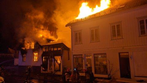 ARNESTED: Det var trolig i vaskeriet, det lille bygget i midten, at brannen på onsdag startet. Nå har Agder politidistrikt anmodet Kripos om å komme til RIsør.
