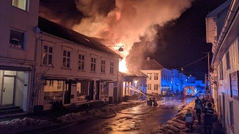 Onsdag 24. februar ble en dramatisk dag i Risør. Tre bygninger ble totalskadd etter at en brann startet i Storgata 7 og spredte seg videre til nabobygningene.