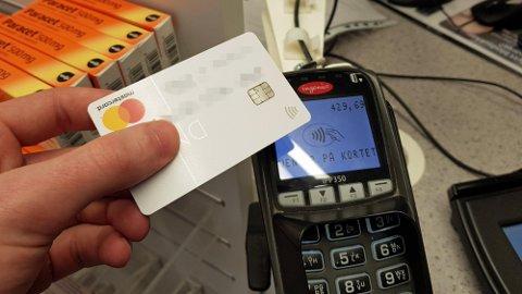 KONTAKTLØS BETALING: Nå trenger du ikke lenger å trykke OK når du betaler på Kiwi og Meny.  Foto: Alexander Winger (Nettavisen)