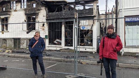PÅ VISITT: Enhetsleder Heidi Rødvenm (t.v) og Ragnhild Dietrichson fra Agder fylkeskommune besøkte mandag denne uken brannruinene i sentrum. Hva som skjer videre med de tre husa som ble hardest rammet av brannen er fortsatt usikkert - men håpet er at hjørnehuset blir revet innen sommeren.