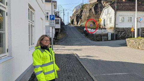 FØLG MED!: Parkeringsvakt Marianne Lunner ber bilister og parkerende om å følge med på skiltene i byen - som er under stadig utbytting på grunn av parkeringsplanen som rulles ut. Ett eksempel er i Garverkleiva der det nå er forbudt å parkere på høyre side, på vei oppover, med nye skilter.