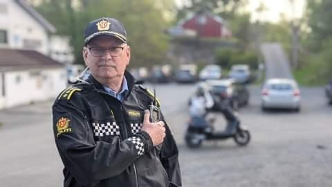 Lensmann Odd Holum deltok fra politiets side under mopedkontrollen på Frydendal. Det var for øvrig ikke mopeden i bakgrunnen som ble avskiltet.