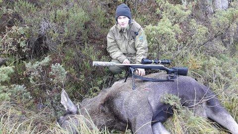 FØRSTE: Jonas Bilstad (16) klarte å skyte en elgku under elgjakten i Lund. Sammen med far Odd oppnådde de to jegerne både elg og hjort i løpet av to uker.