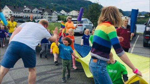 HIGH FIVE: En av ungene i regnbueparaden fikk fortjent high five fra sidelinjen.