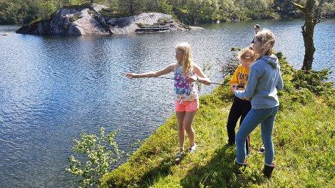 FISKERE: Fisking etter aure. Fra venstre Amalie Hauge Omland, Emma Eikenes, Helene Foss Hartveit. Bak står Henning Åsen Førland.