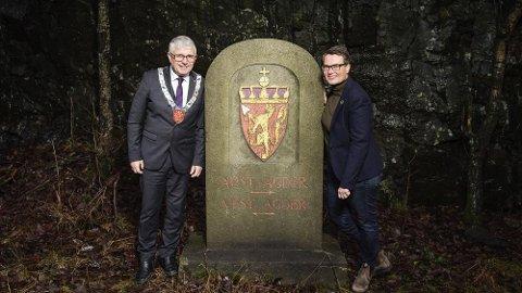 Denne fylkessteinen er nå historie. Fylkesordfører Arne Thommassen og fylkesrådmann Tine Sundtoft J.J. Buchard/ agderfk.no