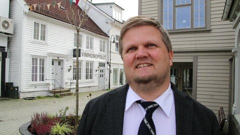 MINNESMERKE: – Nazismens grusomheter var også her i lille Flekkefjord, og ikke bare i det fjerne utland, sier Stian Birkeland.