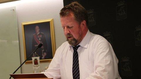 SA JA: Ordfører Torbjørn Klungland leste opp sitt svar som var ja til snublesteiner