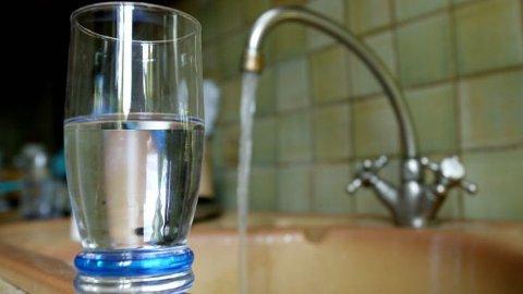 DRIKKEVANN: Drikkevann tappet på Drangeid i midten av november 2020 inneholdt tarmbakterier. Det førte til rapportering til Mattilsynet og spyling av ledningsnettet.
