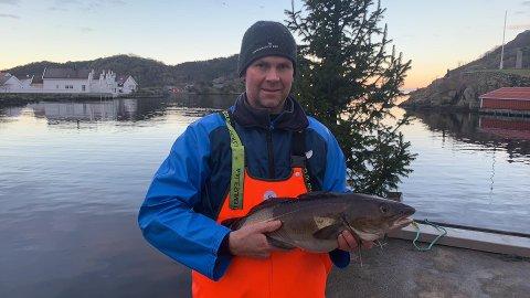 Ivar Larsen Fidje med en finfin juletorsk utenfor fiskemottaket i Kirkehamn. Foto: Privat