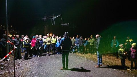 GODT FREMMØTE: Om lag 100 personer møtte frem da den nye lyssatte turveien ble offisielt åpnet i Åna-Sira mandag kveld.