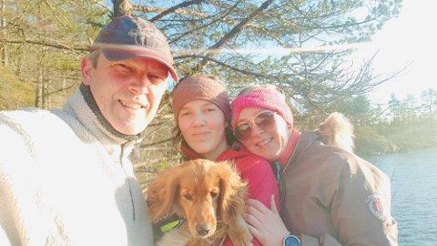 VINNERBILDET: Ida Maria Omland Grimstad (12 år) vant gavekort for dette bilde. Bildet viser henne i midten sammen med hunden, pappa Per Anders Grimstad og mamma Ingrid Omland Grimstad på tur i helga.