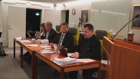 BYSTYREMØTE: Bystyremøtet som skulle vært holdt 19. mars er flyttet til 14. mai.  Det kan imidlertid ta tid før ordfører Torbjørn Klungland (Frp) (nærmest) kan samle politikerne  i samme rom. Alle møter politiske møter blir som nettmøter i tiden fremover.