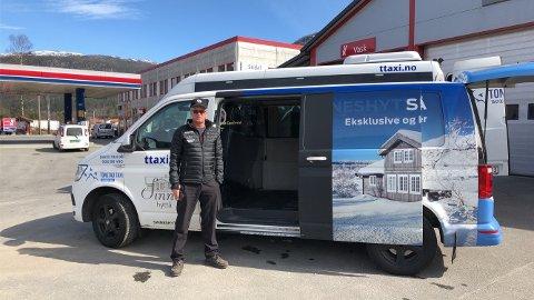 KLAR FOR OPPDRAG: Sjåfør Kurt Knabenes foran en av de ombygde drosjebilene