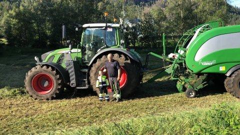 STOLT BONDE: Bonde Martin Lindeland sammen med sønnen Ola. Å drive gård er en livsstil som hele familien må være med på.