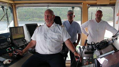 KAPTEIN FRA ØYNA: Arnfinn Jensen fra Andabeløy fikk besøk på broa av Hidraferja da fylkespolitikerne skulle tilbake til fastlandet.