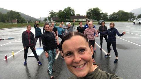 GOD GJENG: Instruktør Lena Abrahamsen sammen med en gjeng på utetrening. Mellom 15 og 30 har så langt møtt opp.