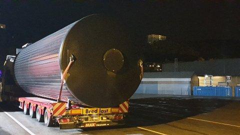 STOPPET: Føreren av denne tunge lasten manglet følgebil, og måtte bli natten over. Foto: Statens vegvesen