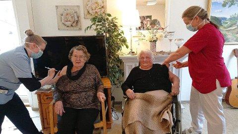 FØRST UTE: Ragna Rob og Maria Kvinlaug fikk de første koronavaksinene i Kvinesdal. Til nå har 55 blitt vaksinert i kommunen.