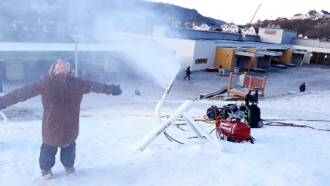 SNØGLEDE: Ella Høibø storkoste seg med snømaskinen.