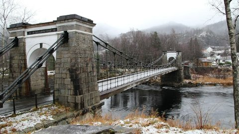 VIKTIG HENGEBRO: Bakke bro er Norges eldste hengebro for veitrafikk. Ingeniør og veimester Georg Daniel Barth Johnson i Agder konstruerte broen etter en studiereise til England i 1838. Broen ble åpnet i 1844 som en del av Vestlandske hovedvei mellom hovedstaden og Stavanger.  I desember 2019 ble broen stengt for all kjøring.