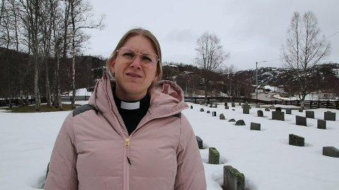 PÅ KIRKEGÅRDEN: Påskeprest Anne Margrethe Ree Sunde på kirkegården ved Kvævemoen kapell.