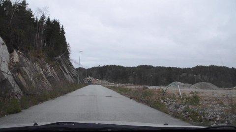 STORT OMRÅDE: Næringsområdet på Opofte er stort. Statens vegvesen har båndlagt området frem til det blir avklart hvor ny E39 skal gå. Politikerne i Kvinesdal ville ikke åpne for en midlertidig bruk av området til motorcrossbane, men nå kan det bli et stort asfaltverk her.