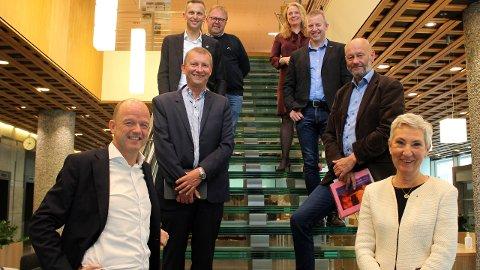 Organisasjonene og lederne bak rapporten. Foran fra venstre: Peggy Hessen Følsvik (LO), Ole Erik Almlid (NHO), Stein Lier-Hansen (Norsk Industri), Ove Guttormsen (NELFO), Frode Alfheim (Industri og energi), Anniken Hauglie (Norsk olje og gass) og Jan Olav Andersen (El og IT-forbundet). Jørn Eggum i Fellesforbundet var ikke tilstede når bildet ble tatt. Foto: Anne Birgitte Hjelseth